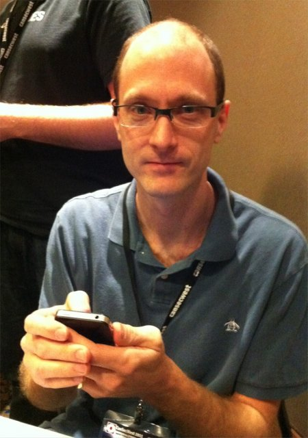 Charlie Miller (zdroj: http://www.zdnet.com/blog/security/charlie-miller-wins-pwn2own-again-with-iphone-4-exploit/8378)
