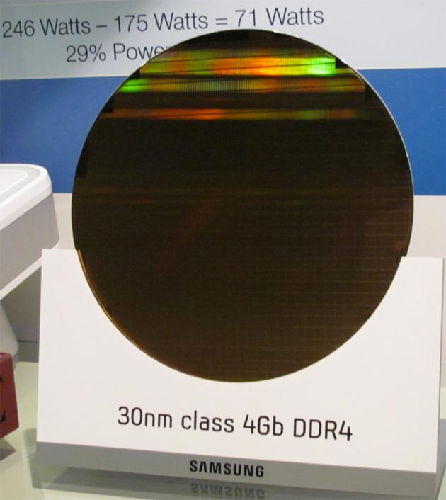 300mm wafer s DDR4 paměťmi (Samsung)