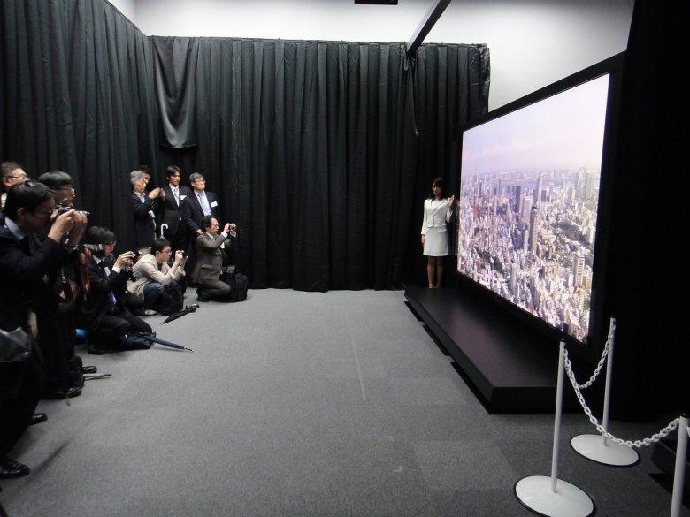 Prototyp 145palcové 8k plasma TV od Panasonicu/NHK_