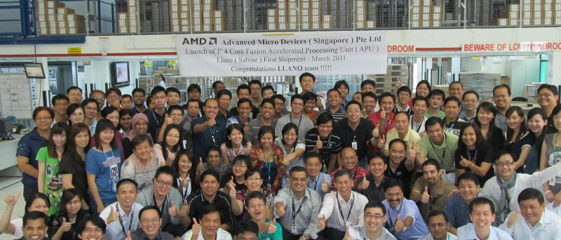 """Tým AMD v Singapůru oslavuje vyslání prvních dodávek procesorů AMD A-Series (""""Llano"""")"""