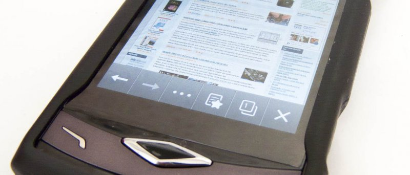 """Samsung Wave v """"čínském"""" kabátku s ochrannou fólií přes displej zobrazuje web Deep in IT"""