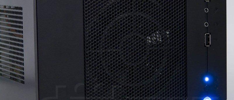 SilverStone SG05-450 - přední panel se svítícími modrými LEDkami (pohled mírně z boku)