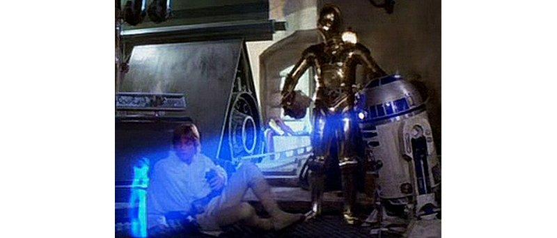 R2D2 vysílá vzkaz princezny Luku Skywalkerovi