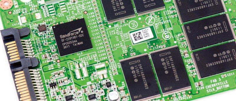Intel SSD 520 - PCB (zdroj: AnandTech)