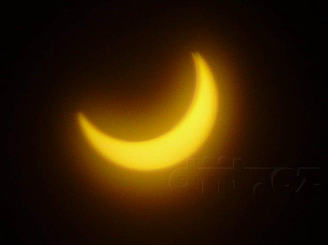 Částečné zatmění Slunce, 4.1.2011, 9:28, foceno přes Black CD-R