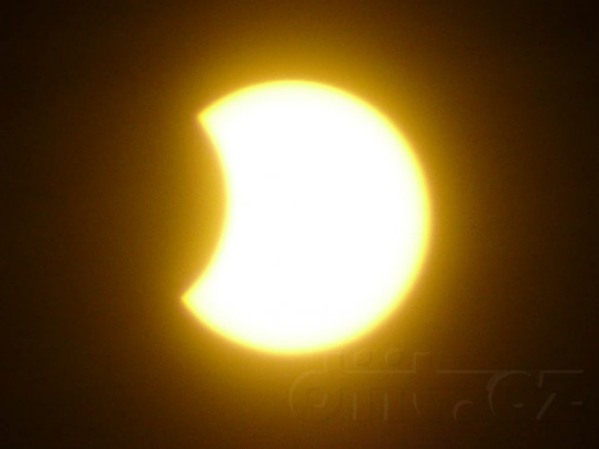 Částečné zatmění Slunce, 4.1.2011, 10:26, foceno přes Black CD-R