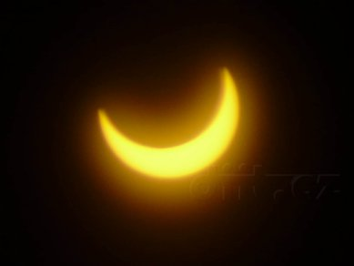Částečné zatmění Slunce, 4.1.2011, 9:25, foceno přes Black CD-R