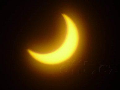 Částečné zatmění Slunce, 4.1.2011, 9:34, foceno přes Black CD-R