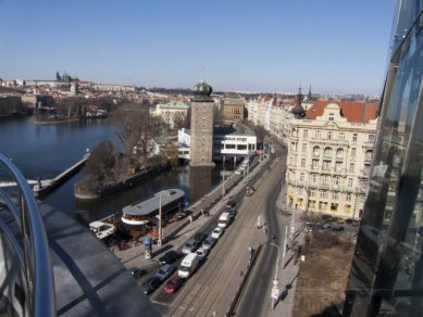 Pohled z terasy na střeše Tančícího domu na část Jiráskova náměstí a Masarykovo nábřeží