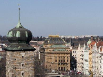 Pohled z terasy na střeše Tančícího domu na Národní divadlo