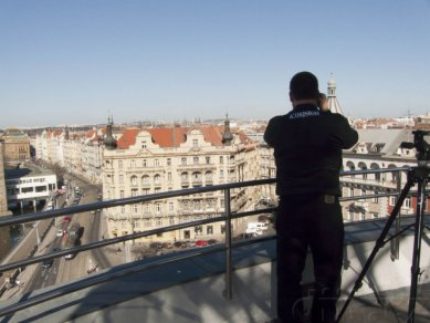 Mark Tekunoff (Senior Technology Manager, Kingston) na terase na střeše Tančícího domu fotí Prahu