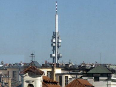 Pohled na žižkovský vysílač z restaurace Céleste na střeše Tančícího domu