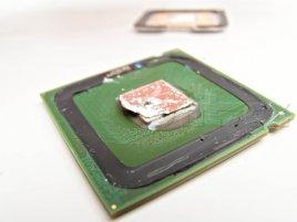 10 Tloušťka pájky procesoru Intel Pentium 4 560 mezi jádrem a heatspreaderem