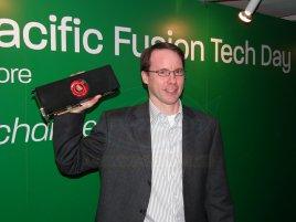 Rick Bergman (AMD) drží Radeon HD 6990