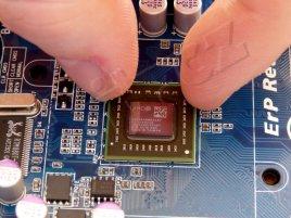 """AMD E-350 """"Zacate"""" (AMD """"Fusion"""" APU) mezi prsty"""