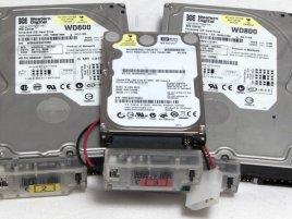 PATA disky se SATA redukcemi: dva 3,5″ WD800JB-00CRA1 a jeden 2,5″ WD800BEVE-00UYT0