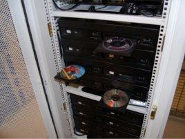 Stojan v serverovně Zediva s přehrávači DVD