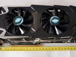 Sapphire Radeon HD 7970 TOXIC - frontal s metrem_