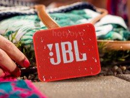 Do bazénu s hudbou: Voděodolné bezdrátové repráčky JBL vám zpříjemní letní dny